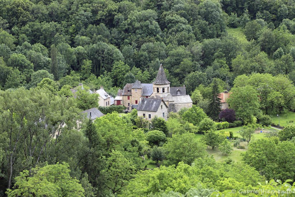 Vue sur le bas de village et l'église romane Saint-Paul, depuis la partie haute du village (Salles-La-Source, juillet 2021)