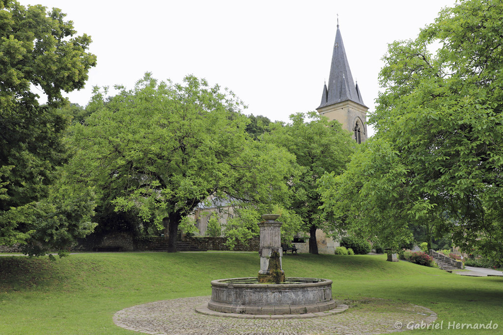 Parc et fontaine jouxtant l'église Saint Pierre (ou Saint Loup), en partie haute du village (Salles-La-Source, juillet 2001)
