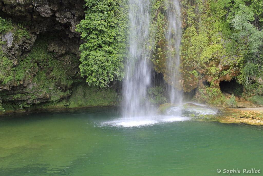 Cascade de Salles-La-Source et son bassin aux eaux turquoises (juillet 2021)